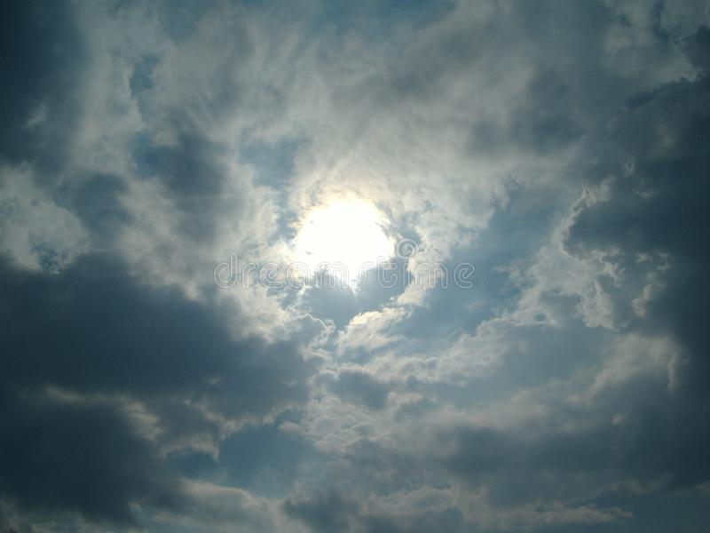 Ciel bleu avec le voyage d'été de nuages un jour ensoleillé chaud photos stock