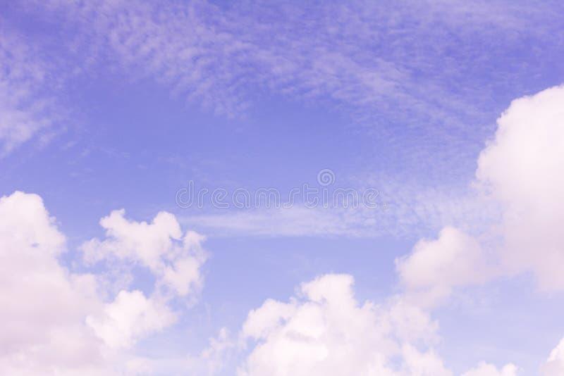 Ciel bleu avec les cirrus blancs de cumulus et photos stock