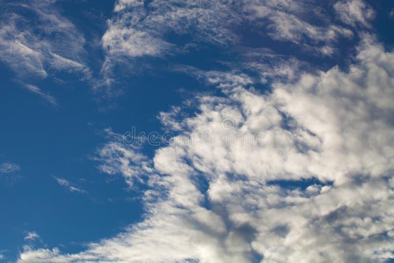 Download Ciel Bleu Avec Les Cumulus Blancs Photo stock - Image du humidité, cumulonimbus: 77151498