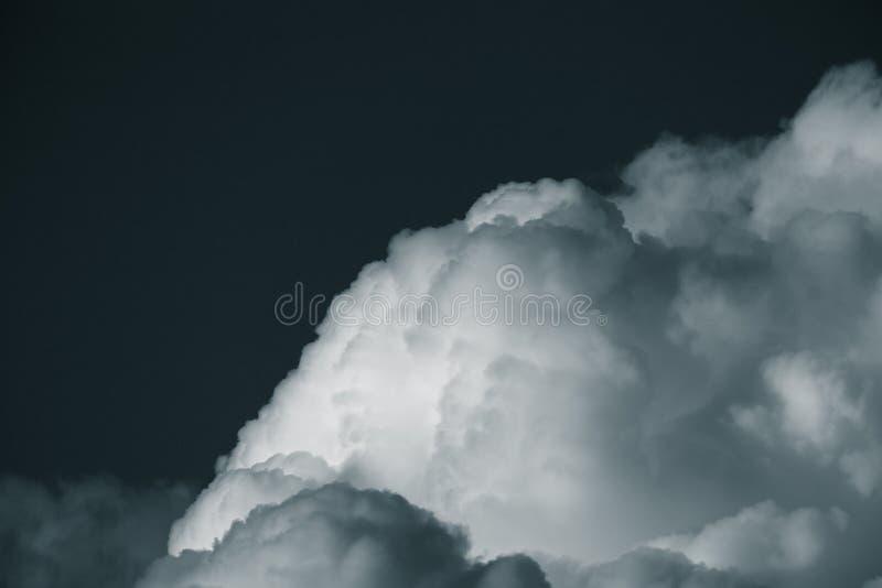 Ciel bleu avec les cumulus blancs toned images stock