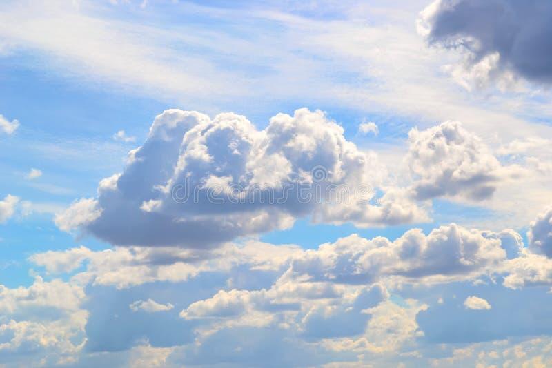 Ciel bleu avec les nuages accentués de Sun photographie stock libre de droits
