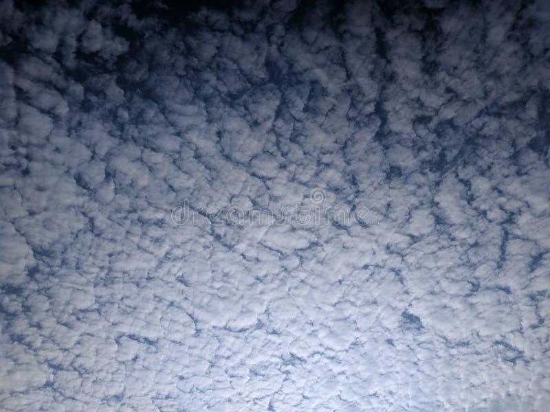 ciel bleu avec les nuages blancs abstraits photographie stock libre de droits