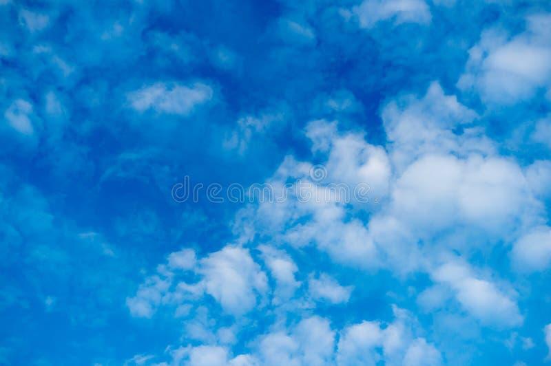 Ciel bleu avec les nuages blancs pelucheux nuages d'Alto-cumulus Fond naturel photos libres de droits