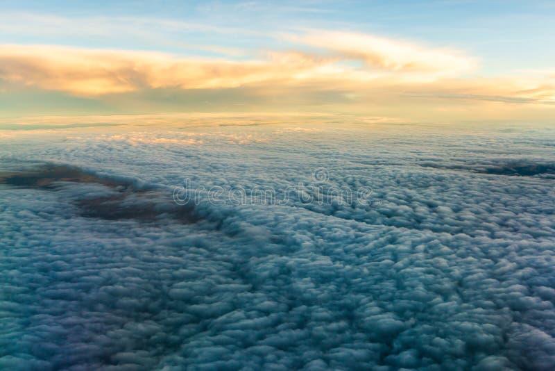Ciel bleu avec les nuages de la vue plate photographie stock libre de droits