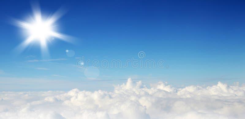 Ciel bleu avec les nuages et le soleil photo libre de droits