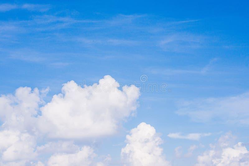 Ciel bleu avec les nuages gr?les pour le fond photo stock