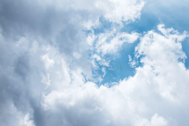 Ciel bleu avec les nuages gris blancs Vue dramatique des faisceaux lumineux du soleil venant de grands grands nuages noirs de cum photos stock