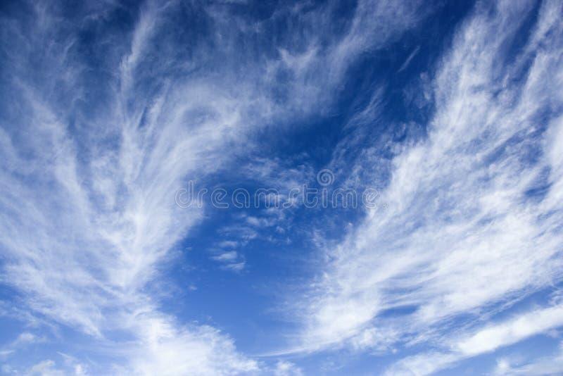 Ciel bleu avec les nuages wispy. photos stock