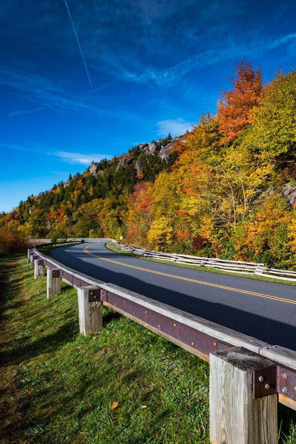 Ciel bleu bleu de Ridge Parkway In Fall With photo libre de droits