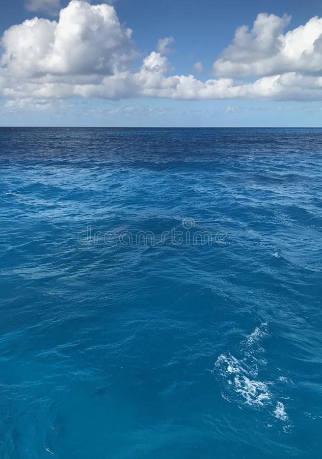 Ciel bleu clair au-dessus de l'eau en cristal d'océan photos libres de droits