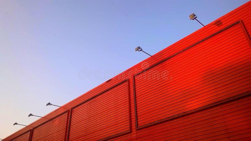 Ciel bleu-clair et bâtiment orange image stock