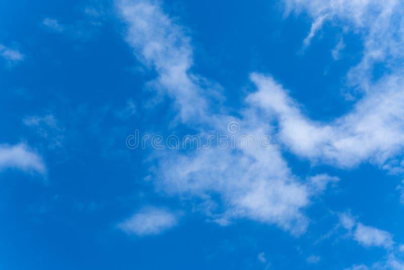 Ciel bleu d'été avec des nuages photo stock