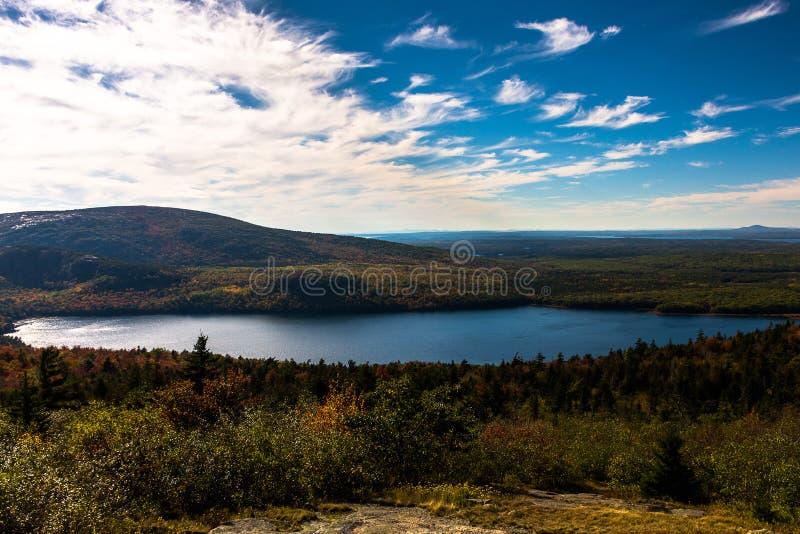 Ciel bleu dans la montagne photos libres de droits