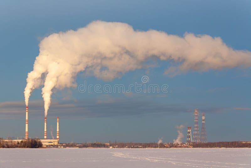 Ciel bleu de brouillard enfumé de cheminée images libres de droits