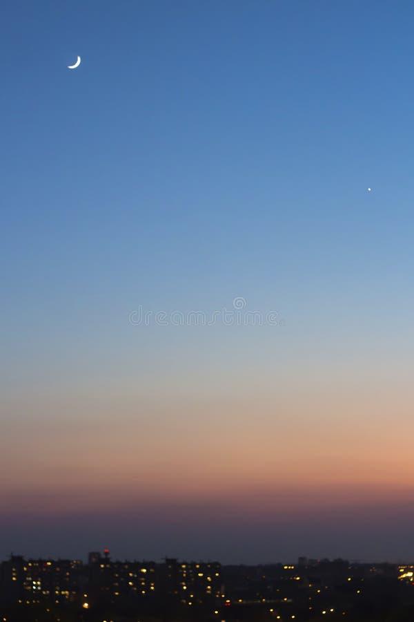 Ciel bleu de coucher du soleil avec le croissant photo libre de droits