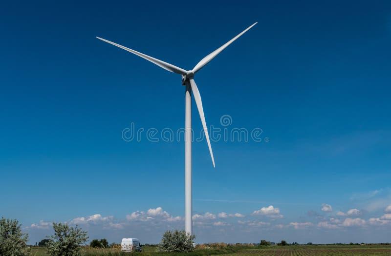 Ciel bleu de l'électricité de turbines de vent photos stock