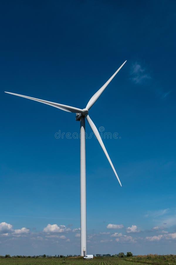 Ciel bleu de l'électricité de turbines de vent image libre de droits