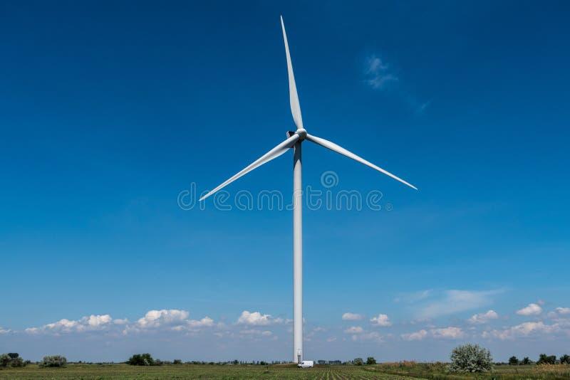 Ciel bleu de l'électricité de turbines de vent photos libres de droits