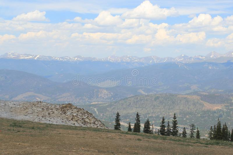 Ciel bleu de montagne photos stock