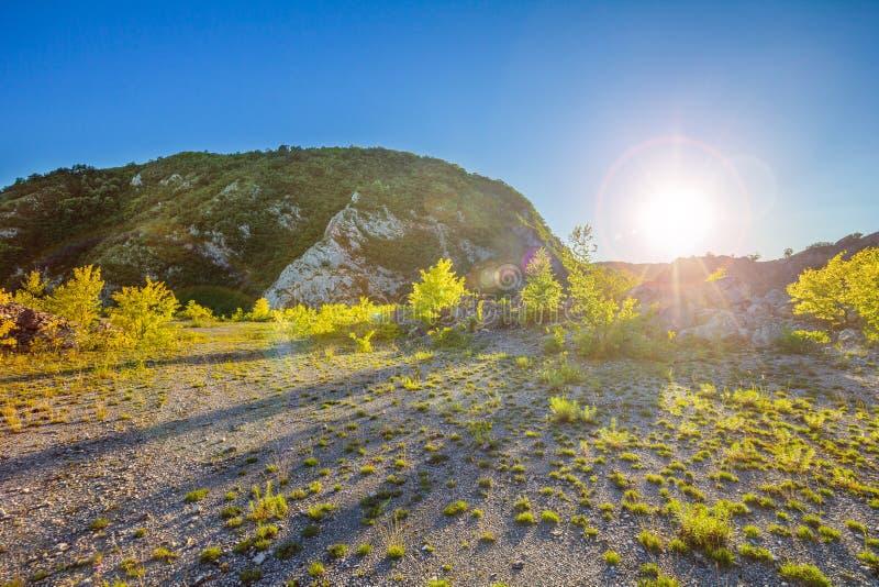 Ciel bleu de montagne de clifs de végétation de sable photo stock