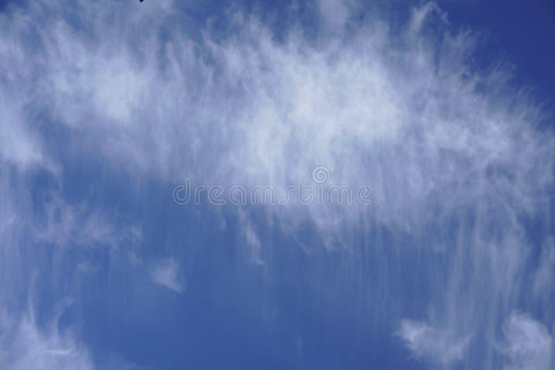 Ciel bleu de nuages troubles merveilleux photo libre de droits