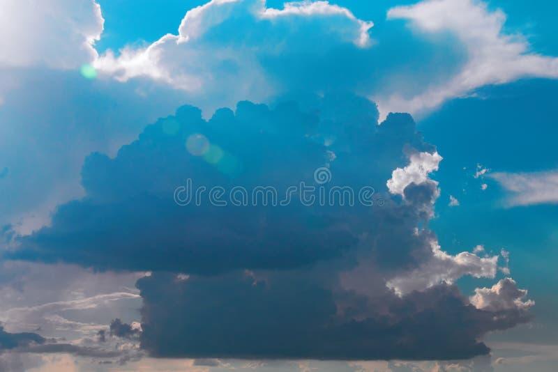 Ciel bleu de paysage avec des nuages Rayons de nuages de tempête au soleil photographie stock libre de droits