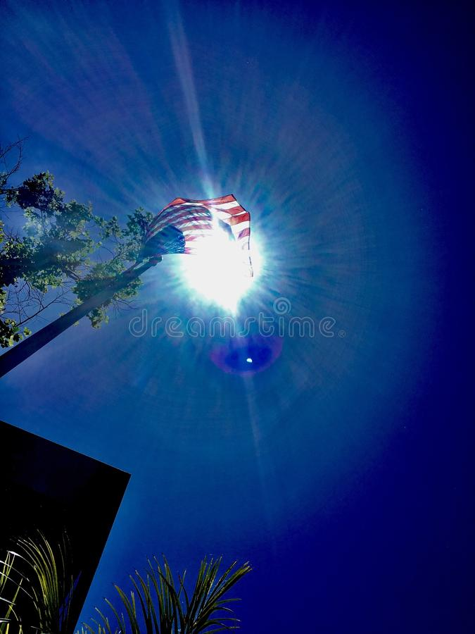 Ciel bleu du soleil de drapeau américain photo stock