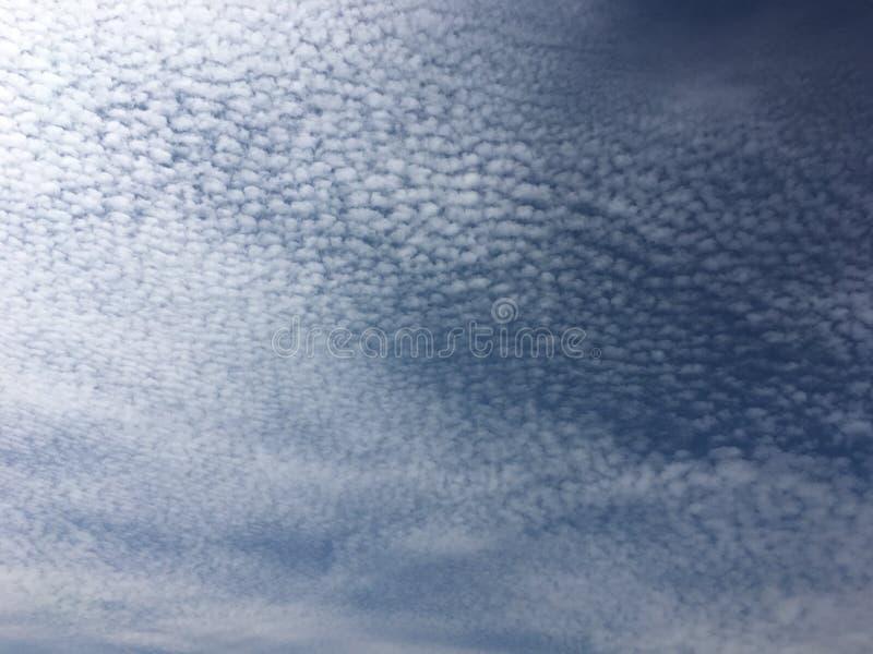 Ciel bleu et blanc texturisé photo stock