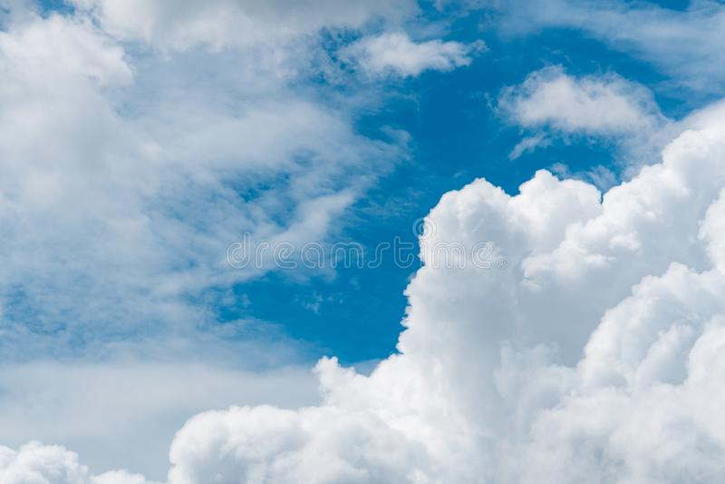Ciel bleu et cumulus blancs le jour ensoleillé Nuages et fond blancs pelucheux de texture d'abrégé sur ciel Ciel nuageux cloudsca image libre de droits