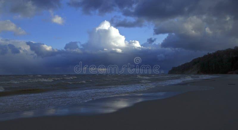 Ciel bleu et eau photo stock