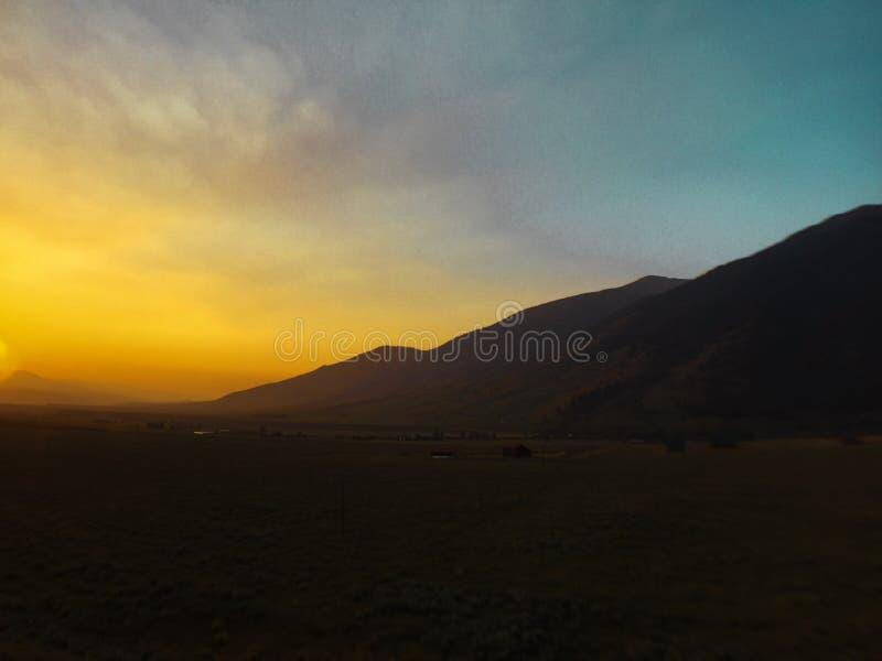 Ciel bleu et jaune dans les montagnes photos libres de droits
