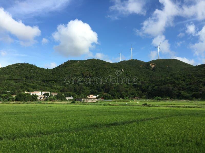 Ciel bleu et montagne verte photos stock