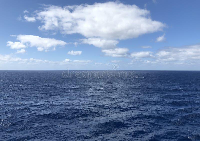 Ciel bleu et navigation douce image libre de droits