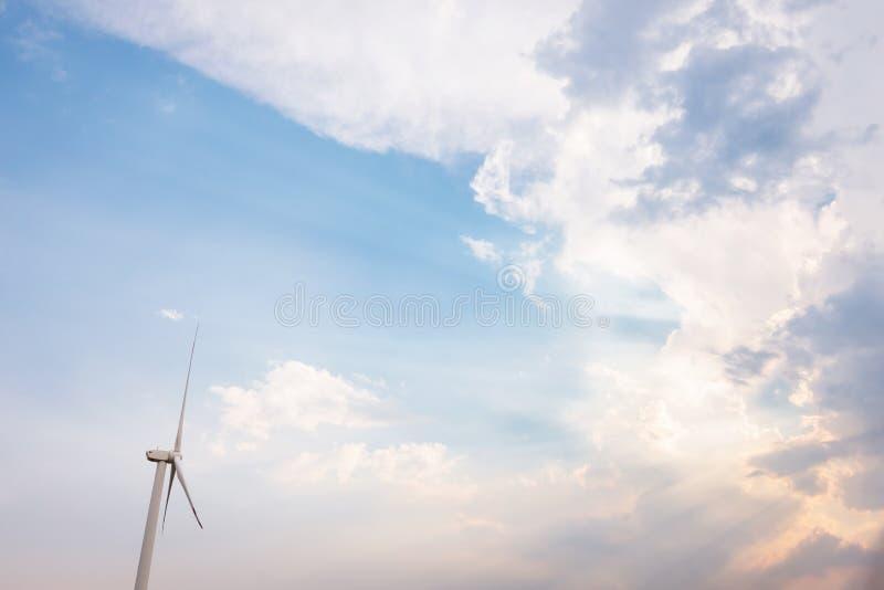 Ciel bleu et nuage avec turbine éolienne au coucher du soleil Une énergie propre pour sauver le monde images libres de droits