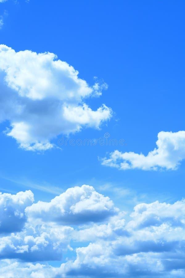 Ciel Bleu Et Nuage Comme Texture De Fond Dans Le Cadre Vertical Image stock - Image du ciel ...