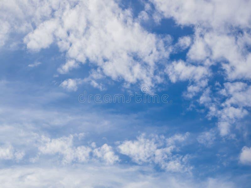 Download Ciel bleu et nuages image stock. Image du lumineux, nature - 87707145