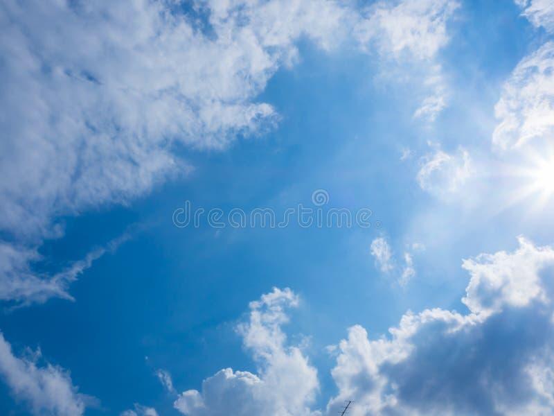 Download Ciel bleu et nuages photo stock. Image du flux, imagination - 87707148