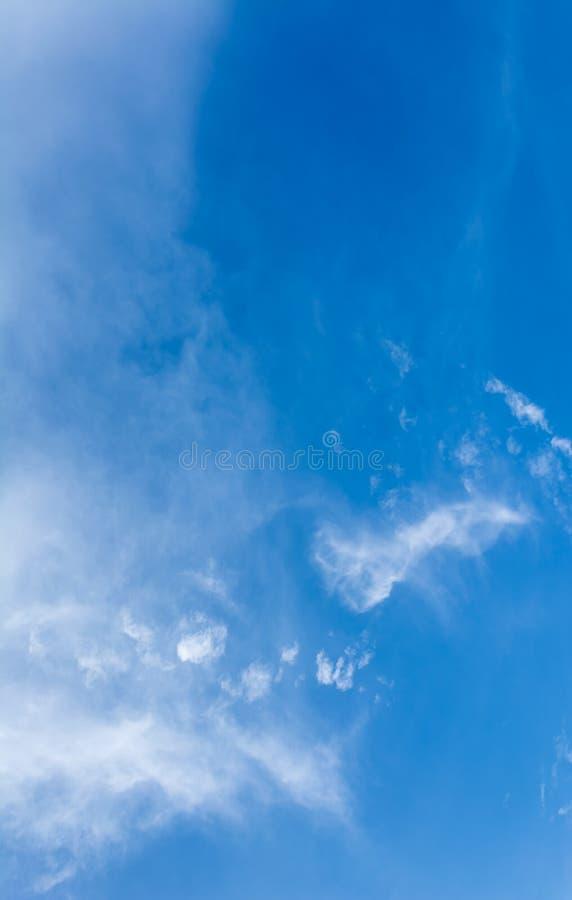 Download Ciel Bleu Et Nuages Blancs Le Temps De Jour Image stock - Image du personne, cumulonimbus: 76087797
