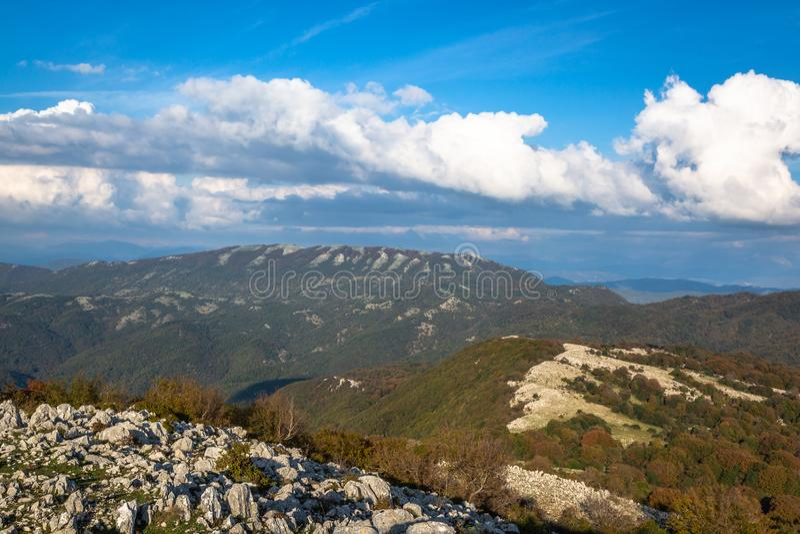 Ciel bleu et nuages blancs : Monte Gennaro, Roma, Italie photos stock