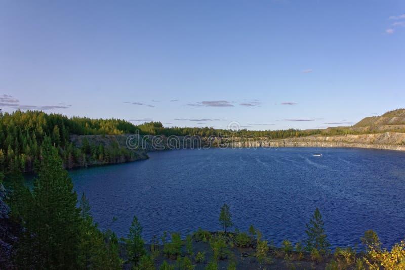 Ciel bleu et nuages de lac de montagne de paysage d'été photographie stock