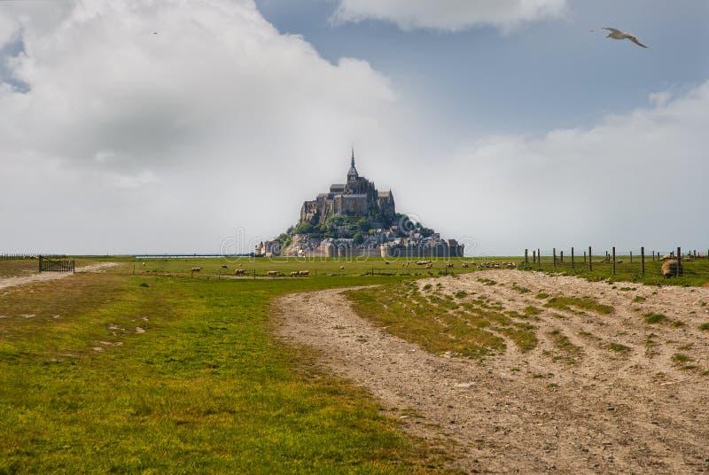 Ciel bleu et nuages de le Mont Saint Michelewith photos libres de droits