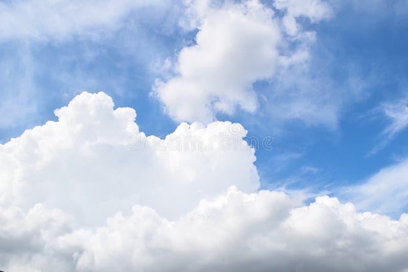 Ciel bleu et nuages lumineux photo stock