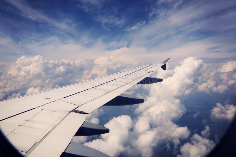 Ciel bleu et nuages merveilleux des avions photo stock