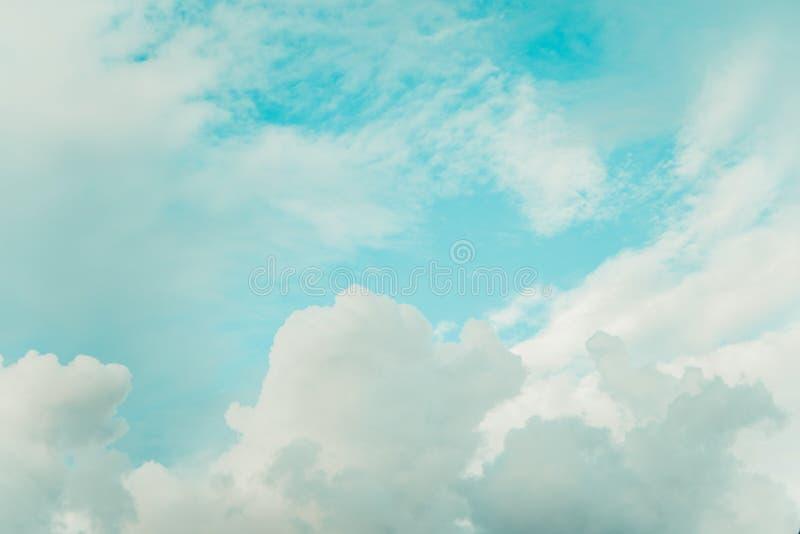 Ciel bleu et nuages profonds, nuage blanc dans le ciel bleu dans le vintage photos stock