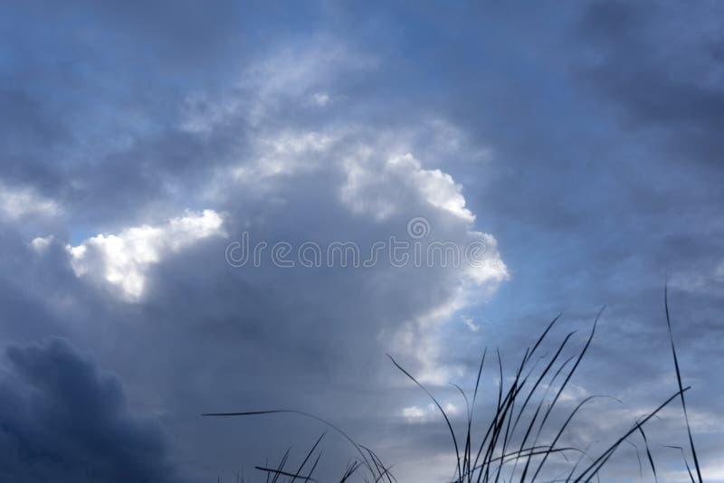Ciel bleu et nuit naturelle de matin de montagnes image libre de droits
