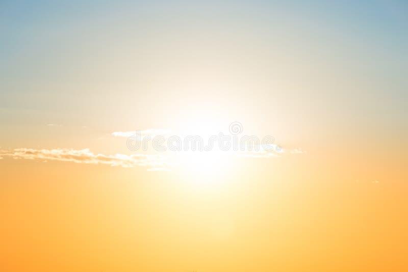 Ciel bleu et orange de coucher du soleil image stock