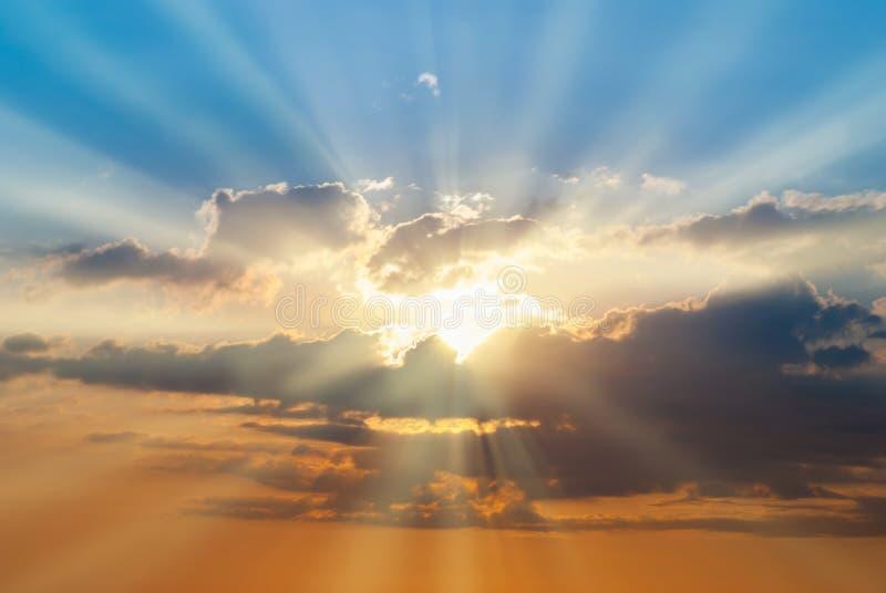 Ciel bleu et orange de coucher du soleil photo stock