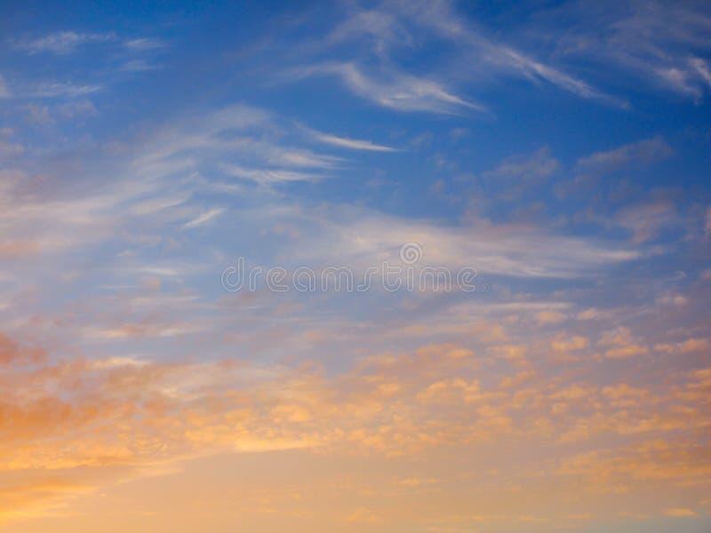 Ciel bleu et rouge au coucher du soleil à employer comme fond image libre de droits
