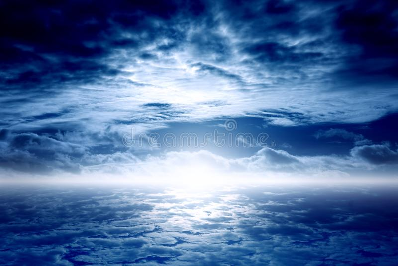 Ciel bleu-foncé photo stock
