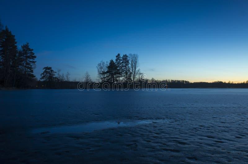 Ciel bleu frais gentil de crépuscule au lac de coucher du soleil et de glace en Suède photographie stock libre de droits